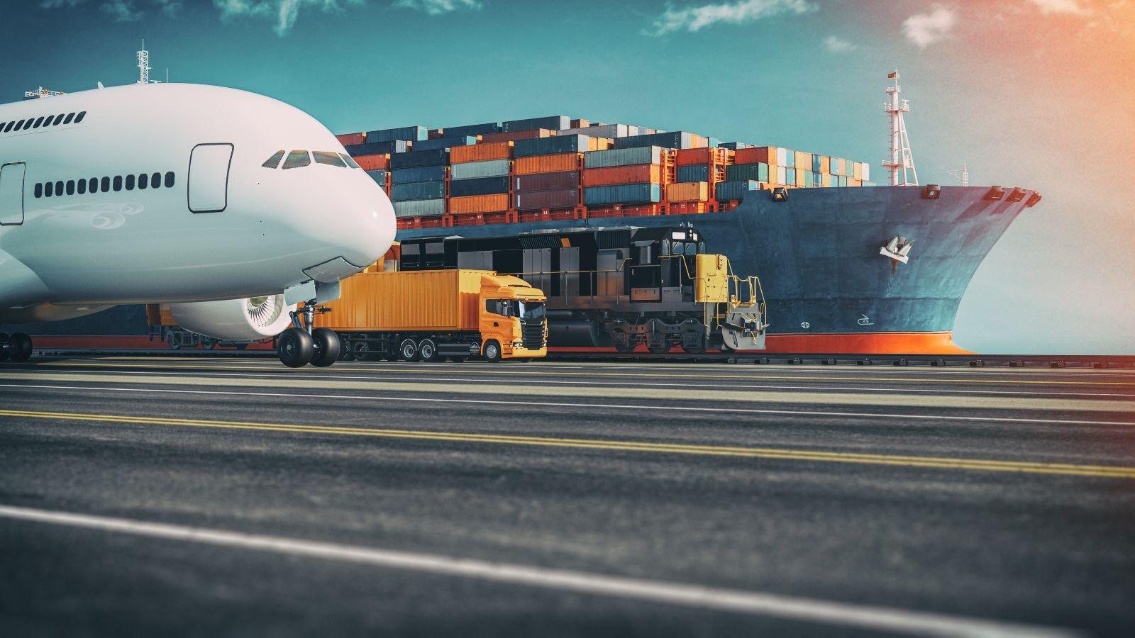 Collage eine Flugszeugs, eines Lastkraftwagens, eines Güterzugs und eines Containerschiffs nebeneinander, Schrägansicht