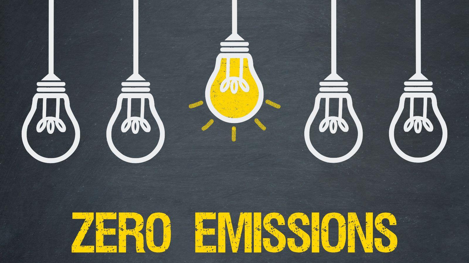 Fünf gezeichnete Glühbirnen hängen vor dunkelgrauem Grund, die mittlere ist erleuchtet, darunter steht der Schriftzug: Zero Emissions