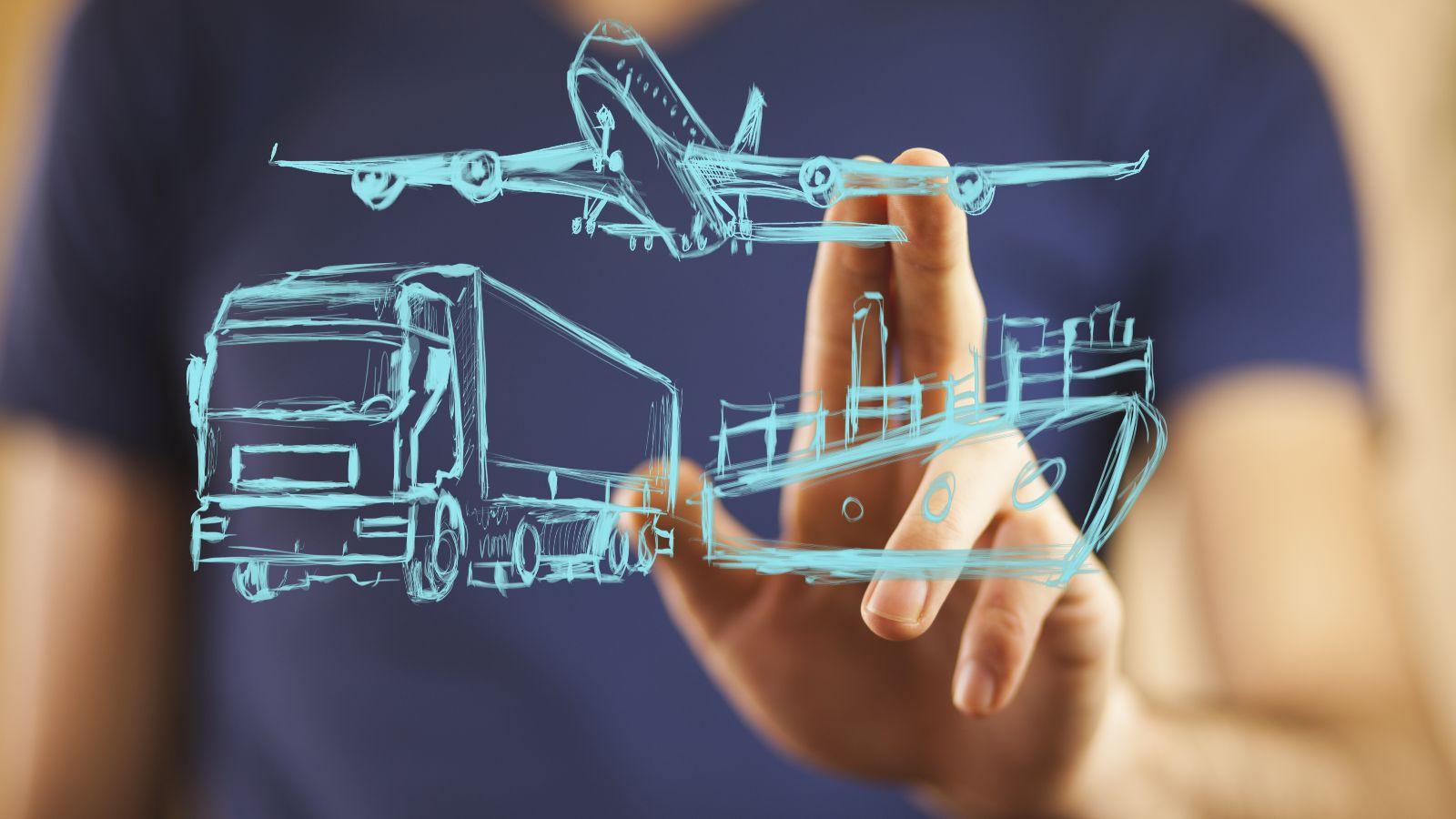 Gezeichnete Symbole eines Flugzeugs, eines Lastkraftwagens und eines Schiffs werden von dahinter stehender Person angetippt